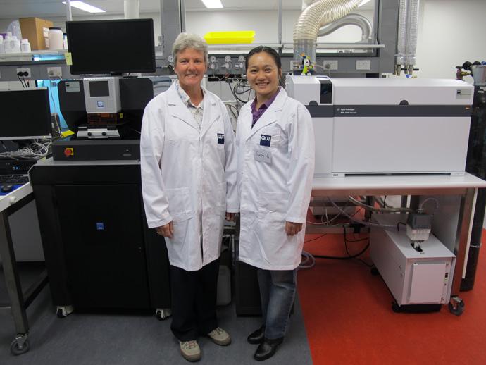 研究責任者の Charlotte Allen 博士と Sunny Hu 博士。センターが購入した 2 台の 8800 ICP-QQQ のうちの 1 台。この 8800 は、New Wave レーザーアブレーションシステムに連結されています。